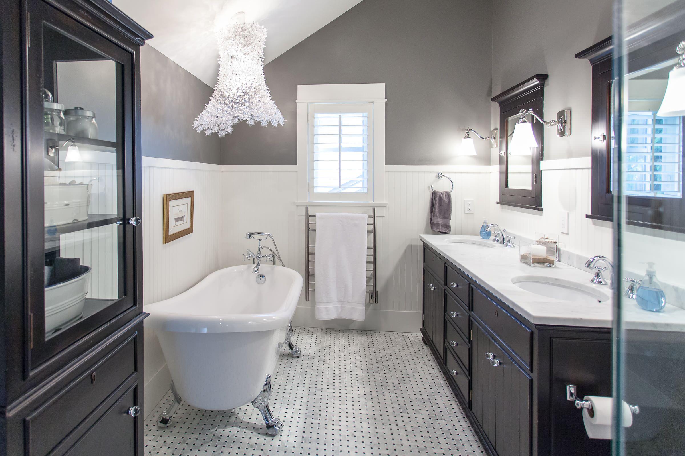 Luxury Bathroom Contrast dark and white